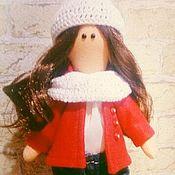 Куклы и игрушки ручной работы. Ярмарка Мастеров - ручная работа Куколка в джинсах и красном пальто с капюшоном. Handmade.