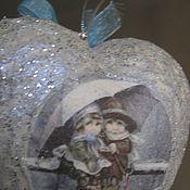Подарки к праздникам ручной работы. Ярмарка Мастеров - ручная работа Игрушка на елку сердечко с парочкой. Handmade.