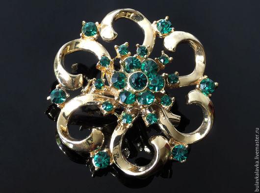 Винтажная брошь Coro.  Винтажная брошь из бижутерного сплава золотого тона с зелеными кристаллами, в отличном состоянии,  Маркировка Coro.