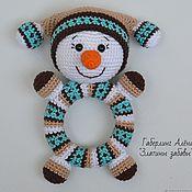 Куклы и игрушки handmade. Livemaster - original item Snowman Round-knitted rattle on a wooden ring. Handmade.
