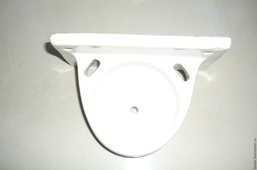 Фаянсовая мыльница, прикручивается к стене. Есть маленький фабричный брак заливки и небольшой скол. Размер 15 х 7,5 см.- основание, выступает на 10,5 см.