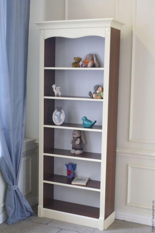 Высокий книжный шкаф с шестью открытыми полками. Украшен декоративными канелюрами и волнистым обрамлением под карнизом.