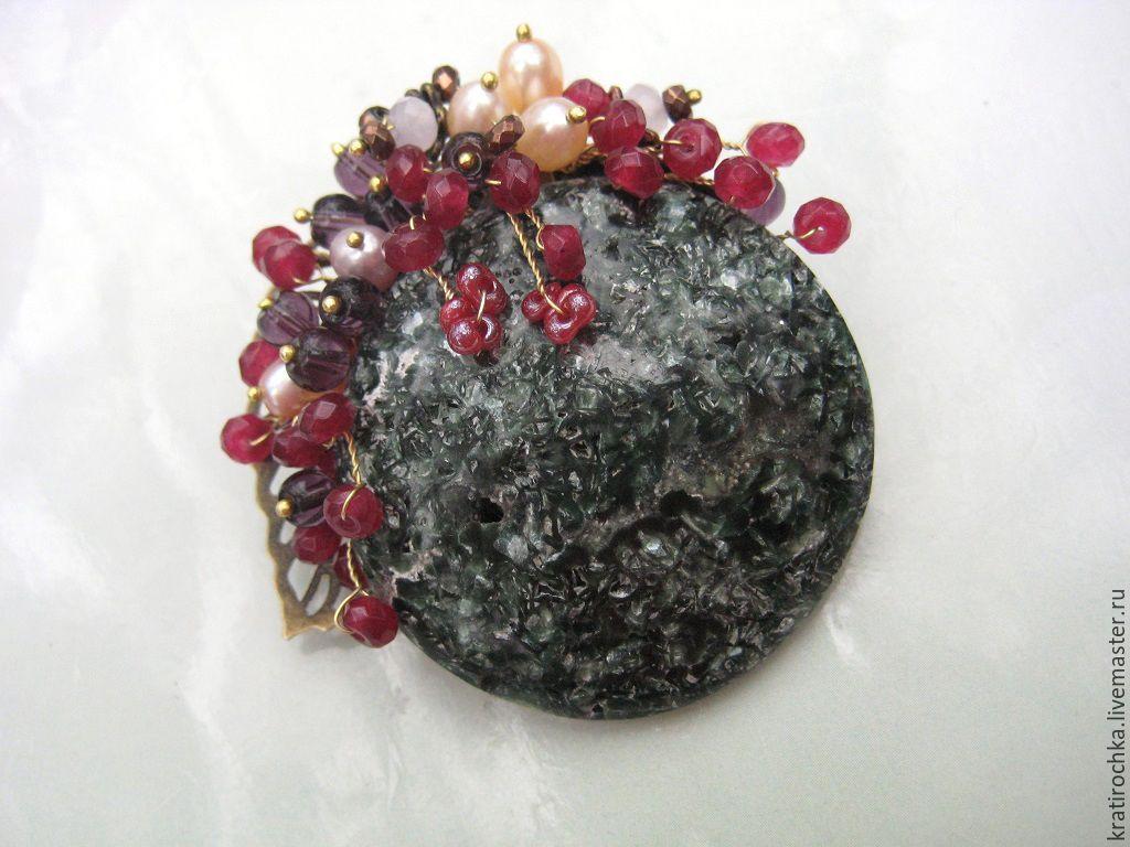 Брошь из натуральных камней