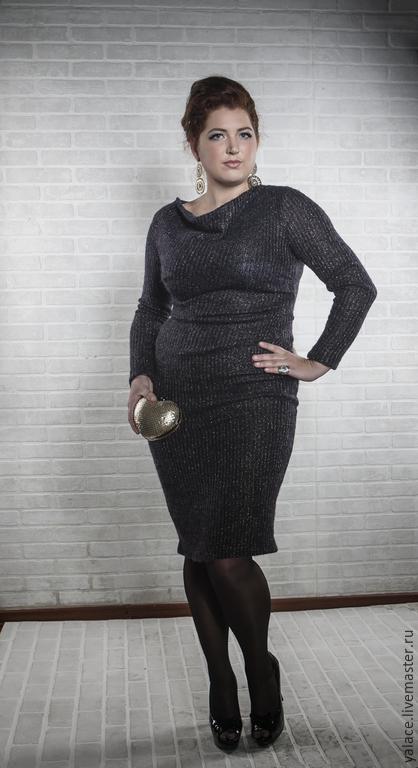 Тёплое шерстяное платье с изящной драпировкой по линии талии скроет маленькие недостатки фигуры. Модель выполнена из трикотажа, поэтому комфортная. Платье универсальное: подойдёт для деловой встречи,