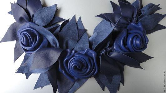 Колье - боа плетеное из натуральной кожи `Три розы. Синева`. Оригинальное необычное авторское объёмное мохнатое кожаное плетеное колье. Синее. Купить колье в подарок женщине. Подарок себе любимой.
