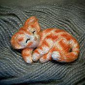 Украшения ручной работы. Ярмарка Мастеров - ручная работа Брошка вязаная рыжий полосатый спящий котик. Handmade.