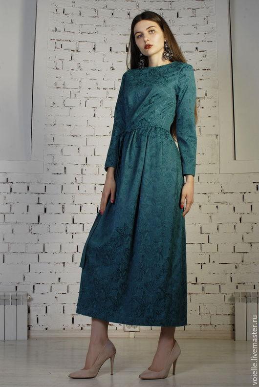 Платье из жаккарда, Деловое платье из жаккарда, платье зеленое, платье офисное, платье миди, платье ниже колен, платье удобное, удобное платье, платье с рукавами, платье с поясом, платье зеленое фото