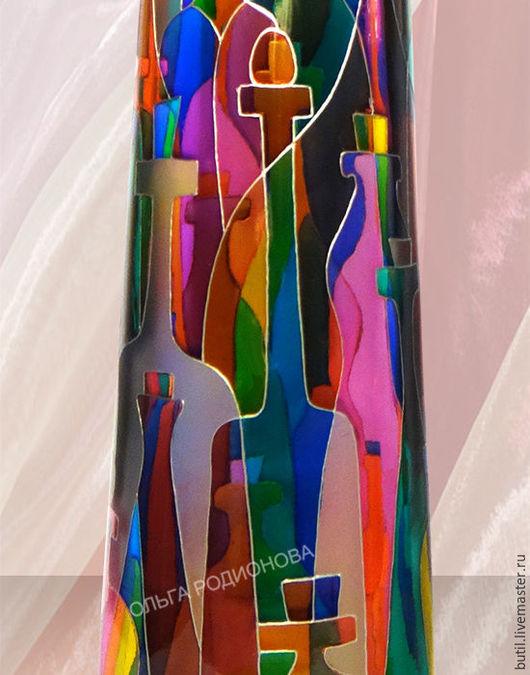 фрагмент бутылки Дом Фауста крупным планом. Множество бутылочек и скляночек стоит в лаборатории Алхимика.
