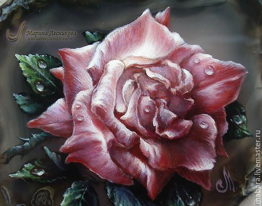 Работа выполнена на заказ. Получилось просто роскошное украшение - нежная роза на потрясающе красивом агате, прозрачно сером, с дивным моховым рисунком. В колье черная шпинель, лабрадорит, гематит.