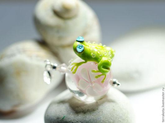 """Кулоны, подвески ручной работы. Ярмарка Мастеров - ручная работа. Купить Лэмпворк, серебро 925. """"Влюбленная жаба"""" Кулон лягушка. Handmade."""