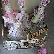 """Мягкие игрушки ручной работы. Ярмарка Мастеров - ручная работа Пасхальные кролики """" СЕМЬЯ"""" в чемодане. Handmade."""