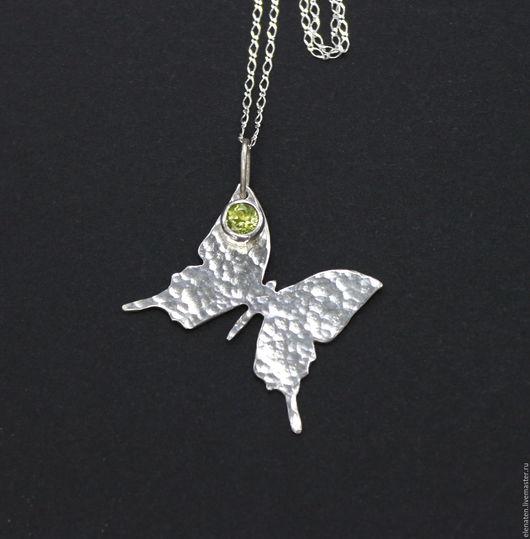 Серебряный кулон с хризолитом , кулон бабочка серебро , кулон с камнем серебро , хризолит кулон купить .