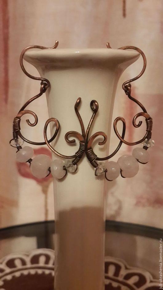 Ажурные серьги из натуральной меди с бусинами из розового кварца и чешского хрусталя.