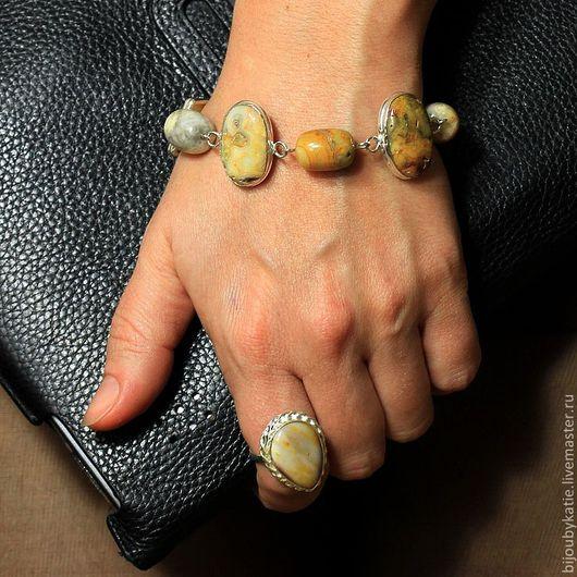 Комплект украшений состоящий из колье, серьги, браслета и кольца с кремовым агатом Камни обрамлены в оправы из сплава меди с серебром с последующим серебрением