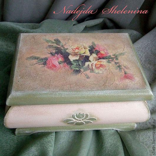 Шкатулка декорирована в нежных пастельных тонах  .  Внутри покрыта лаком с бронзовым отливом и бронзовым отпечатком розы.