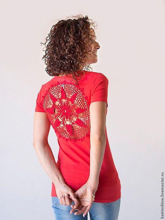 Футболки, майки ручной работы. Ярмарка Мастеров - ручная работа. Купить Красная футболка с ажурной аппликацией на спине Размер S. Handmade.