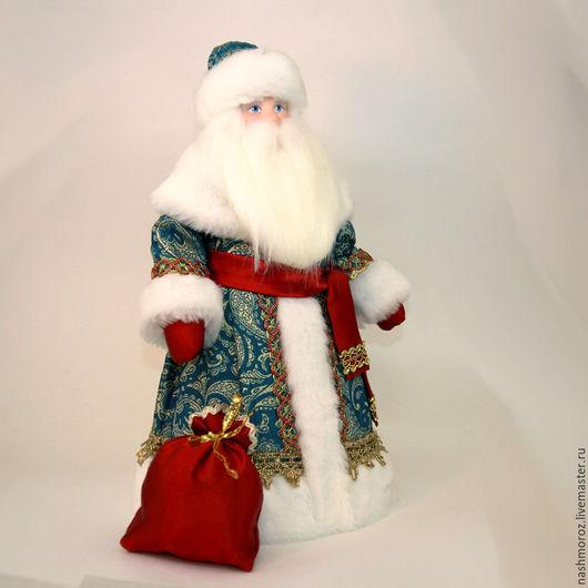 Дед Мороз с секретом, внизу у него молния, можно спрятать небольшой подарок или `полкило` конфет.