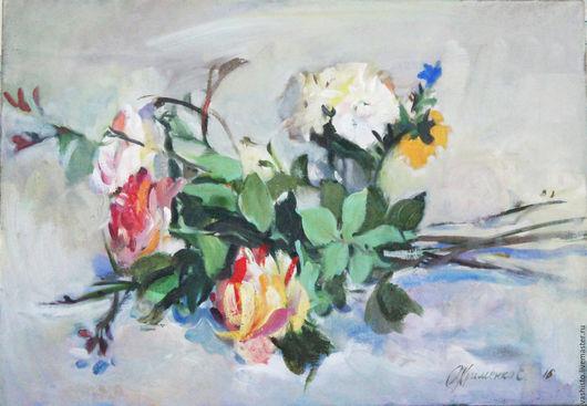 Картина цветов, Розы на столе. Картина среднего размера с изображением цветов на белой скатерти. Три чайных розы на белом фоне написаны маслом на холсте.