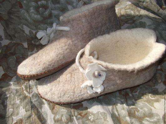 Обувь ручной работы. Ярмарка Мастеров - ручная работа. Купить валяные башмачки для дома,,Белый цветок''. Handmade. Бежевый