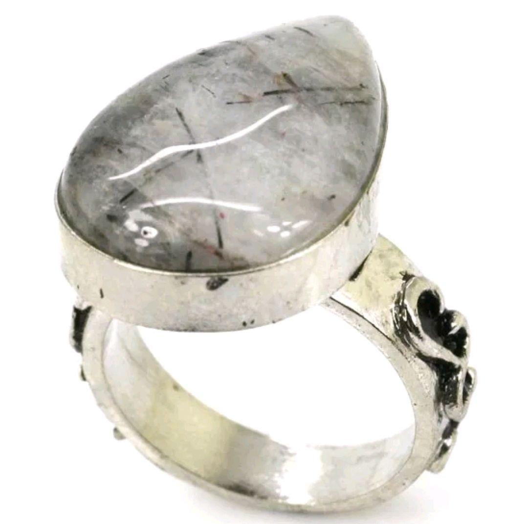 Кольцо из СЕРЕБРА 925 ПРОБЫ с элементами гравировки, украшенное натуральным (не леченным) белым сапфиром