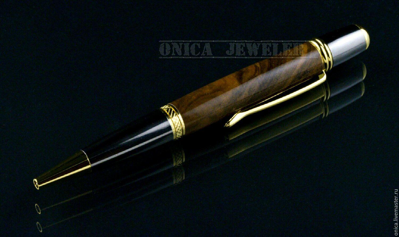 Строгий дизайн этой ручки прекрасно сочетается с правильно подобранными материалами, а именно: позолоченная ювелирная бронза, титан и стабилизированный американский орех.