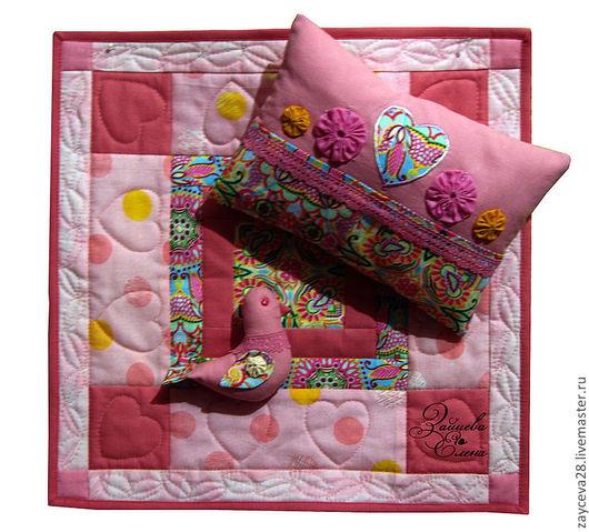 Комплект для кукольной кроватки или коляски. Состоит из матрасика с простынкой, подушки со съёмной наволочкой и лоскутного одеялка.