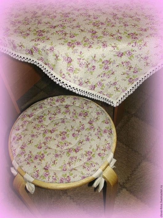 Практичный комплект в едином стиле: скатерть+ 2 чехла на табуретки. Ткань мягкая, натуральная, приятная на ощупь да ещё с пропиткой!