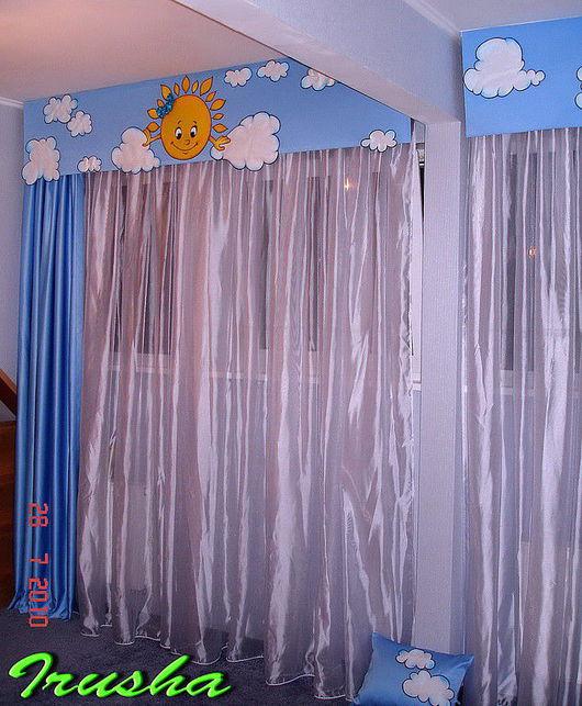 Классические шторы дополнены декоративным бандо, так нескучно-ведь это детская комната