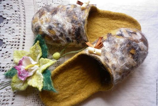 Обувь ручной работы. Ярмарка Мастеров - ручная работа. Купить Тапочки-шлепки валяные из шерсти Горчица (универсальные). Handmade.
