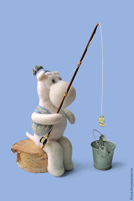 Муми-троль, ловящий рыбу. В ведре - улов.