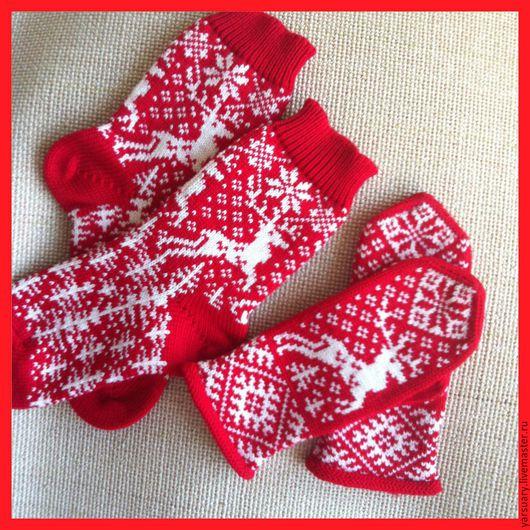 Комплект Новогодний:Носки и варежки вязаные со скандинавским орнаментом в виде оленей,снежинок и елочек,рисунок сплошной,без прерываний. Носки  и варежки связаны из пряжи-австралийский меринос.