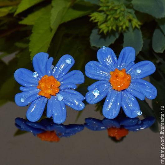 Копия работы Серьги пуссеты `Голубые ромашки`  из  серебра и стекла