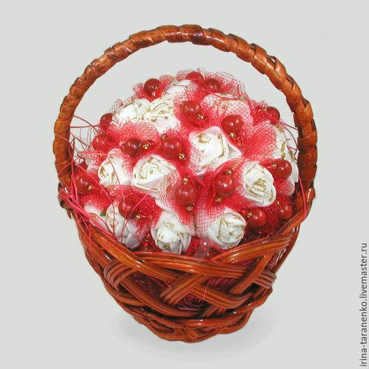 Корзинка цветов с кораллом `Изобилие`