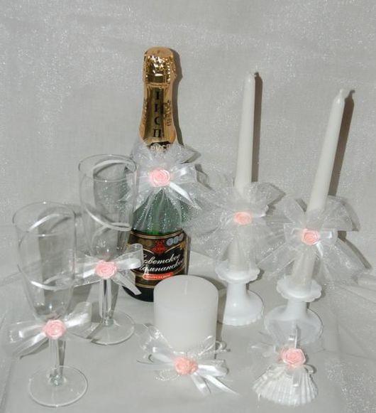 Свадебный комплект белого цвета с розовым украшением .