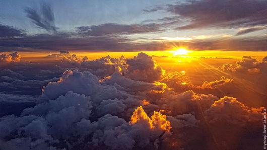 Золотой, струящийся закат на высоте 5000 метров не оставит равнодушным никого. Он притягивает взгляд и не отпускает. Отличное яркое дополнение интерьера дома, офиса, гостиницы. Цена приведена за разме