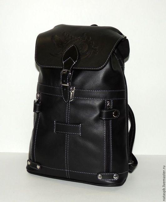 Универсальный рюкзак «Глория» - это городской рюкзак,  сшит из плотной гладкой черной кожи. Украшает рюкзак рисунок сказочной птицы.