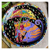 Тарелки ручной работы. Ярмарка Мастеров - ручная работа Керамическая настенная декоративная тарелка Коты под зонтом 21см. Handmade.