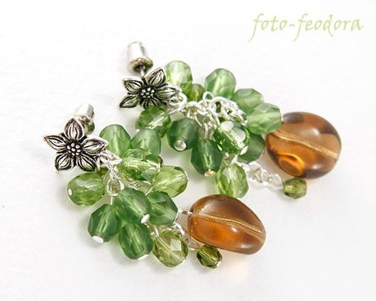 Объемные серьги из стеклянных бусин - отличное летнее украшение. В работе использованы коричневые и зеленые чешские стеклянные бусины, граненые бусины, цветочные пуссеты Tierra Cast.