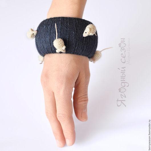 Браслеты ручной работы. Ярмарка Мастеров - ручная работа. Купить Темно-синий браслет с вязаными мышками. Handmade. Тёмно-синий