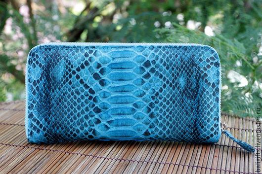 Женский кошелек из натуральной кожи питона голубого цвета с мотивом