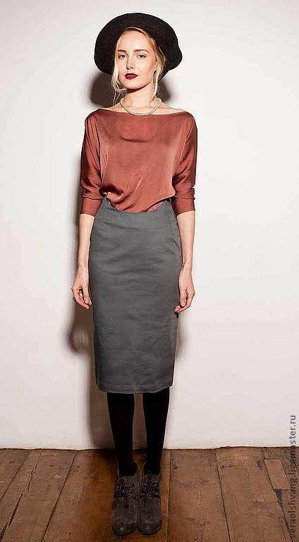 Эта юбка по бокам выше талии, а спереди и сзади закрывает живот. Можно носить с блузками навыпуск или заправленными.