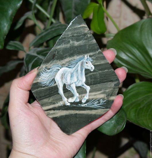 Роспись по камню ручной работы. Ярмарка Мастеров - ручная работа. Купить Лошадь белая Магнит из натурального камня Яшма Ревнёвская роспись. Handmade.