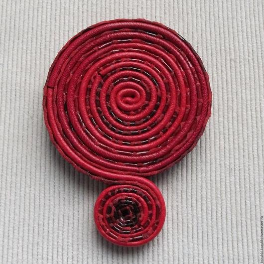 Броши ручной работы. Ярмарка Мастеров - ручная работа. Купить Красная брошь из кожи в виде спирали-завитка. Handmade.