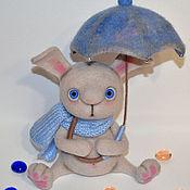 Войлочная игрушка ручной работы. Ярмарка Мастеров - ручная работа Валяная игрушка заяц Антошка с зонтиком из шерсти. Handmade.