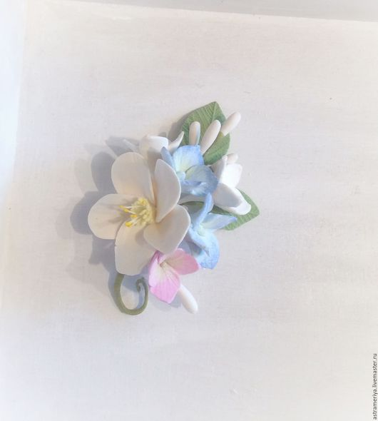 Броши ручной работы. Ярмарка Мастеров - ручная работа. Купить Брошь Бутоньерка голубая гортензия с белыми цветами из полимерной глин. Handmade.