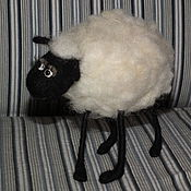 Куклы и игрушки ручной работы. Ярмарка Мастеров - ручная работа Застенчивая овечка. Handmade.