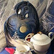 """Подарки к праздникам ручной работы. Ярмарка Мастеров - ручная работа """"К нам Лошадь в гости небесной красоты..."""" Грелка на чайник. Handmade."""