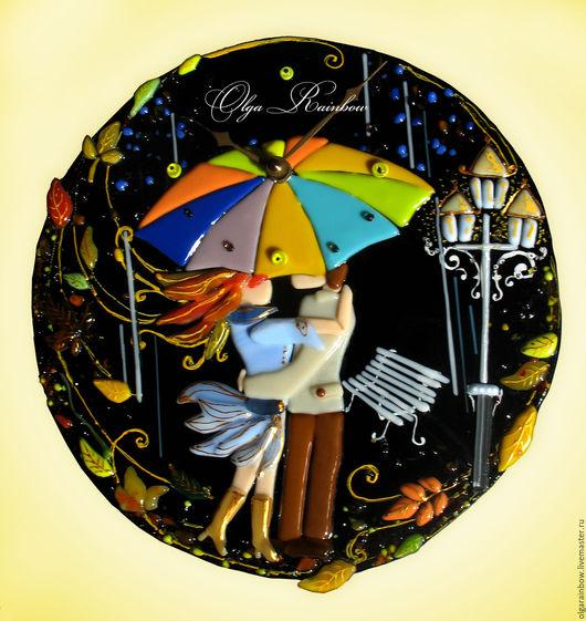 """Часы для дома ручной работы. Ярмарка Мастеров - ручная работа. Купить Часы стеклянные """"Двое под зонтом"""" (фьюзинг). Handmade."""
