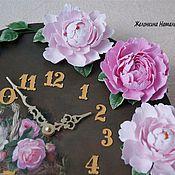 Часы с пионами
