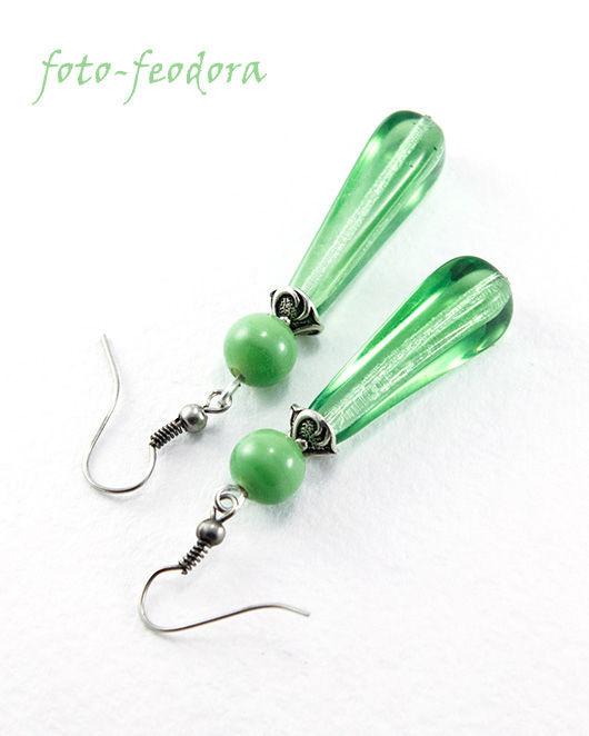 Серьги длинные из красивого зеленого стекла производства Чехии. Стеклянные серьги-капли приятного зеленого цвета.